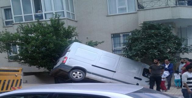 Şanlıurfa'da Minibüs Kaldırımı Aşıp Apartman Bahçesine Düştü