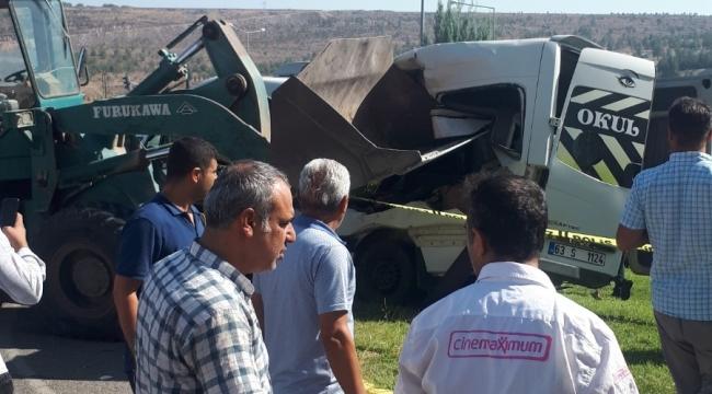 Urfa'da kepçe öğrenci servisine çarptı